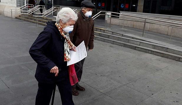 Personas mayores con mascarillas.