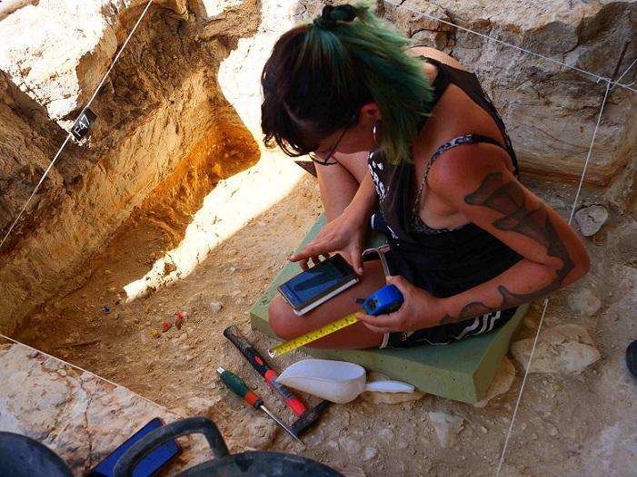 La investigadora Stefanía-Titton en el yacimiento de Barranco León.