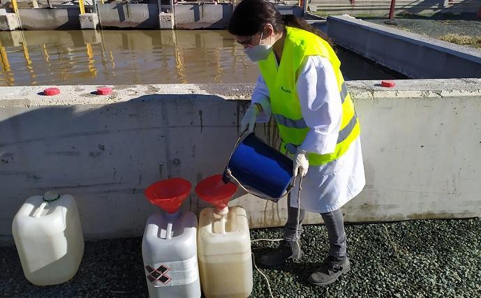 Toma de muestras de aguas residuales para realizar el estudio.
