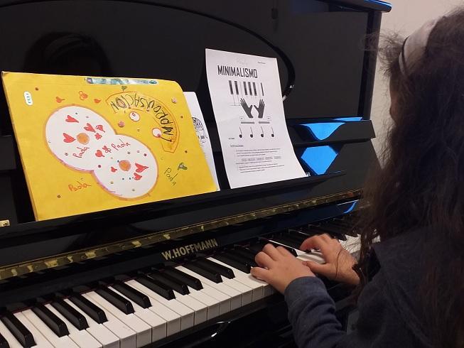 Una niña lleva a cabo una improvisación musical.