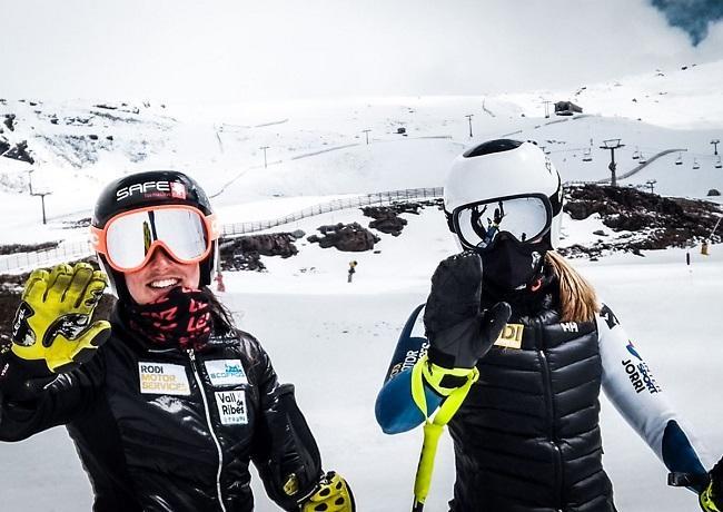 Dos esquiadoras se despiden de Sierra Nevada.