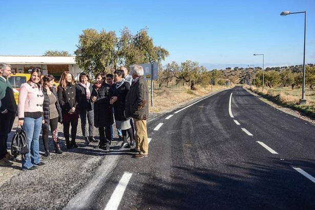 Reposición del firme en la carretera a la altura de Agrón.