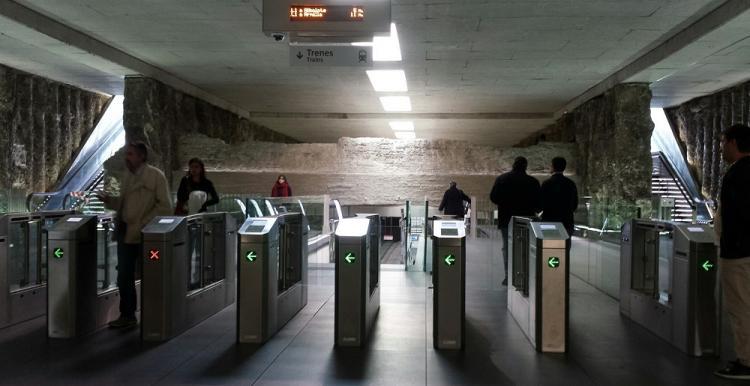 Las máquinas validadoras del Metro deben adaptarse para los transbordos gratuitos en la capital.