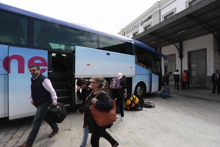 Viajeros en uno de los autobuses que sustituyen a los trenes en la estación de Granada.
