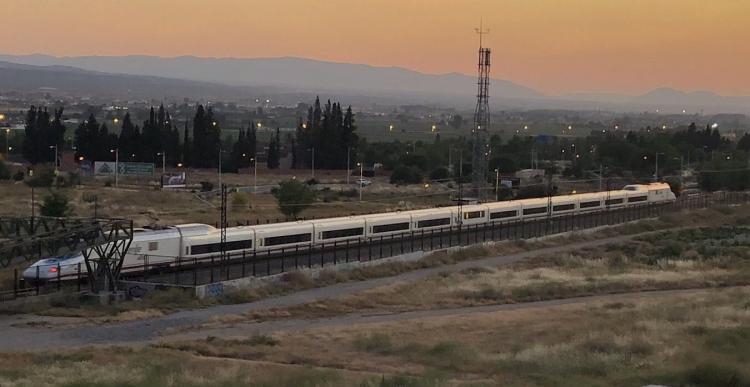 El AVE en La Chana, en uno de los viajes de las pruebas de la recta final, para probar la fiabilidad y la formación de maquinistas.