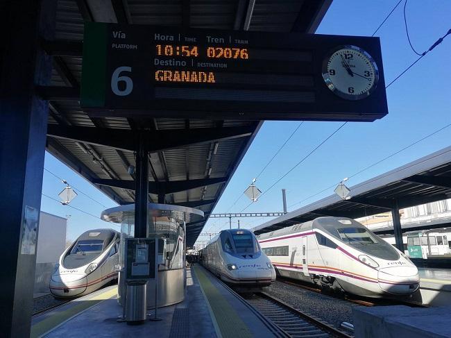 Trenes AVE en la estación de Granada.