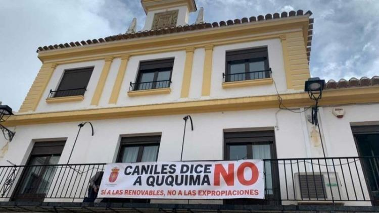 Pancarta contra la planta solar en el Ayuntamiento de Caniles.