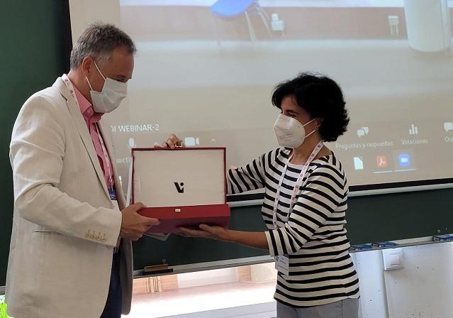 Óscar Cordón recibe el galardón.