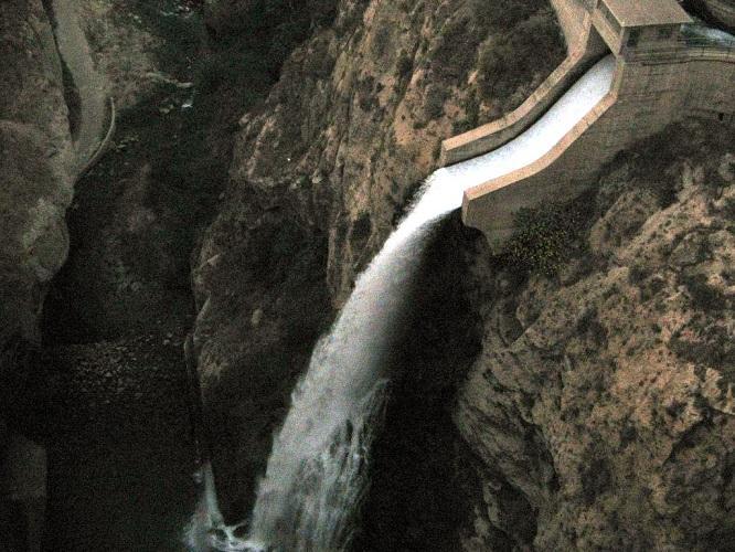 Caída de agua de la presa de Béznar.