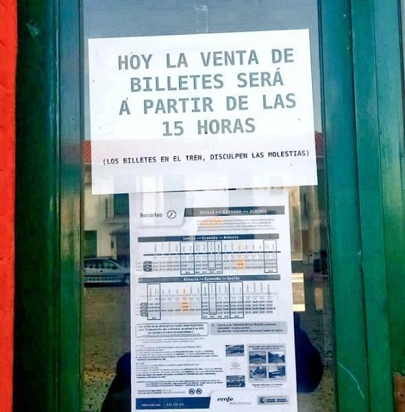 Cartel en las ventanillas de la estación de Guadix.