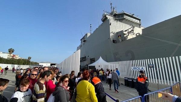 Colas para subir al buque Castilla este fin de semana.
