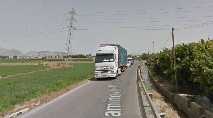La vía es muy estrecha y apenas permite el cruce de vehículos pesados.