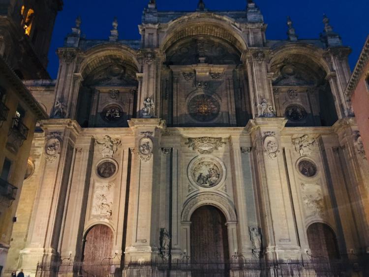 Impresionante imagen de la fachada de la Catedral de Granada.