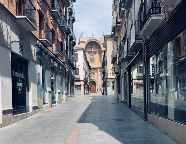 Una de las calles comerciales del centro, con todo cerrado.