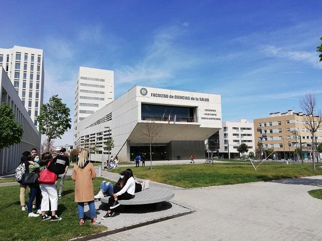 Imagen de archivo de estudiantes en el Campus del PTS de la UGR.