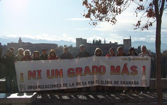 Representantes de la Mesa por el Clima de Granada, este lunes en San Nicolás.