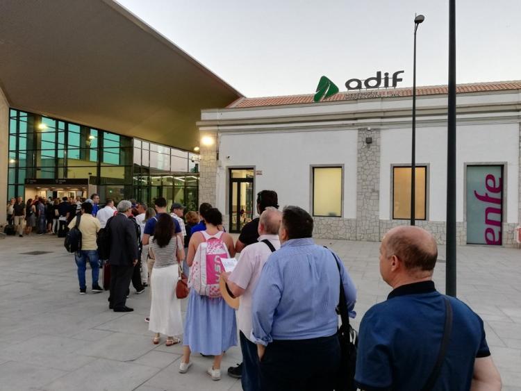 Colas de viajeros aguardando el acceso a la estación para tomar el AVE.