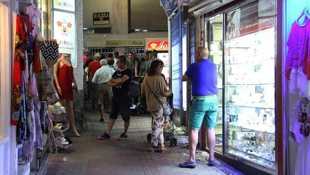 Calle comercial de Almuñécar, antes de la crisis del coronavirus.