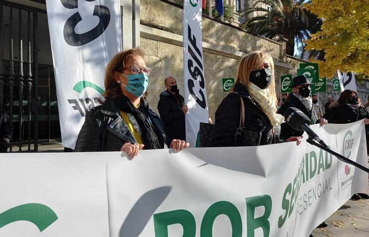 Concentración frente a la Delegación del Gobierno de la Junta en Granada.