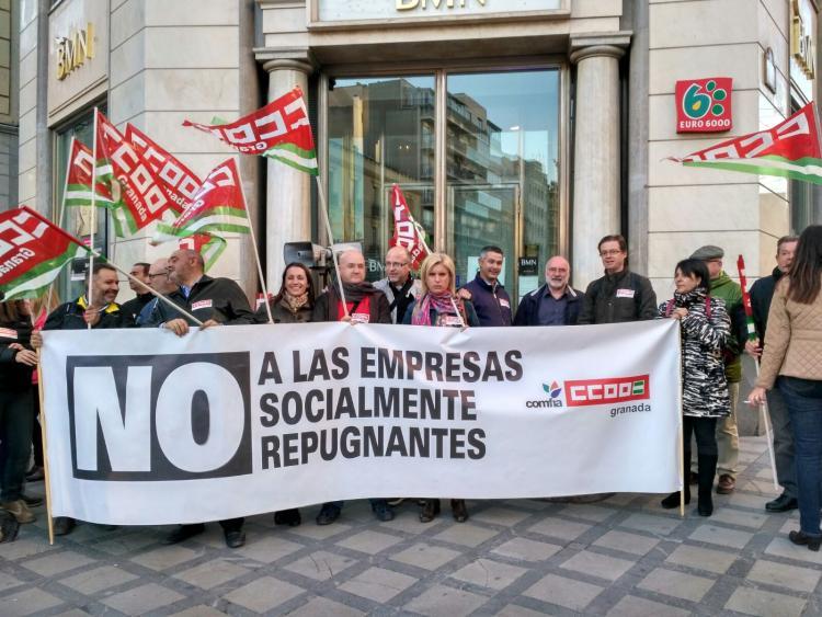Imagen de la concentración celebrada en Puerta Real a la puertas de la oficina de BMN.
