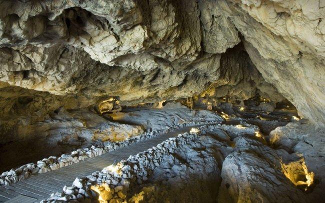Interior de la Cueva de las Ventanas.