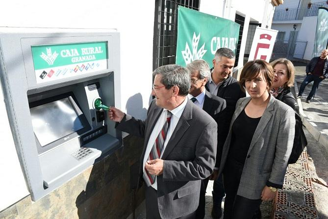 José Entrena introduce una tarjeta en el cajero de Bácor-Olivar.