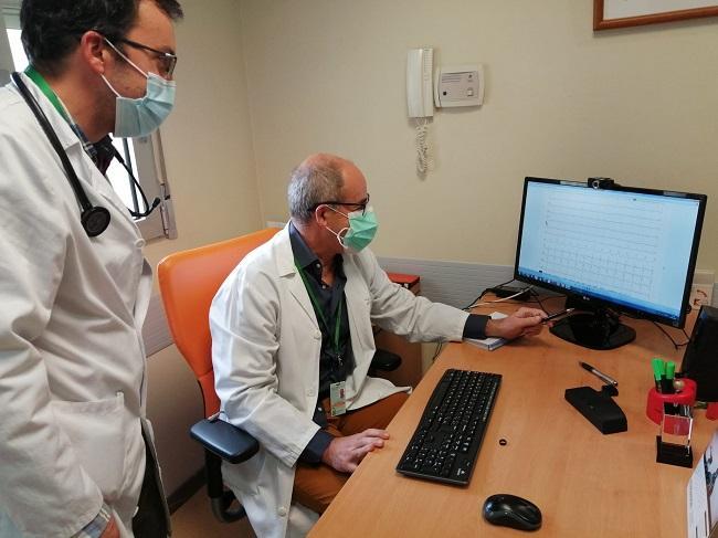 El jefe de Cardiología, Luis Tercedor, revisa un elctrocardiograma.