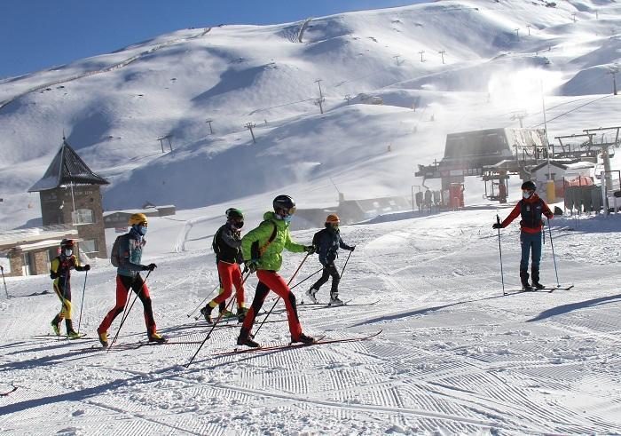 Imagen de un entrenamiento de deportistas federados en Sierra Nevada.