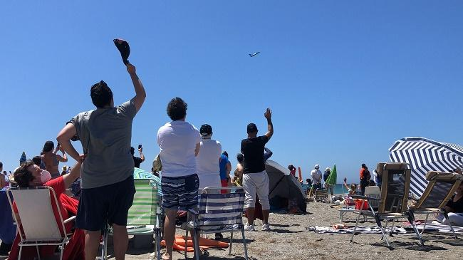 Público disfruta a pie de playa del festival.
