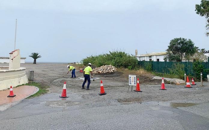 Obras para cerrar el acceso de vehículos a la playa de Poniente.