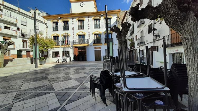 Terrazas de bares cerradas en la Plaza Mayor de Güéjar Sierra.