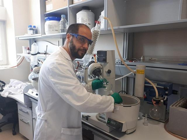 Uno de los investigadores del centro del CSIC.