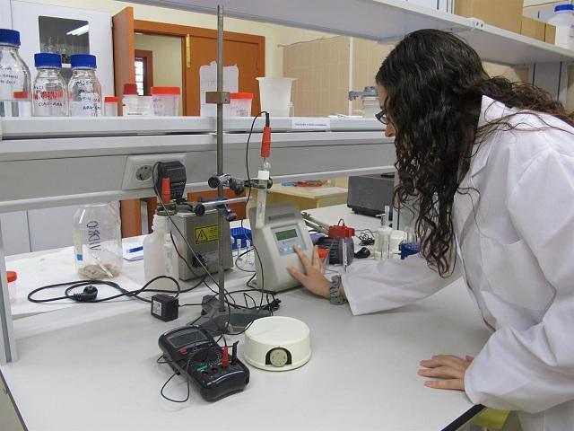 Estudiante en un laboratorio.