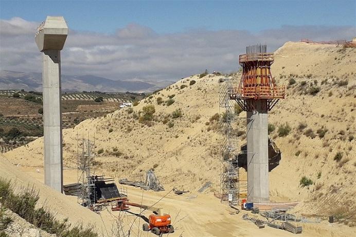 Los pilares del puente para la variante.