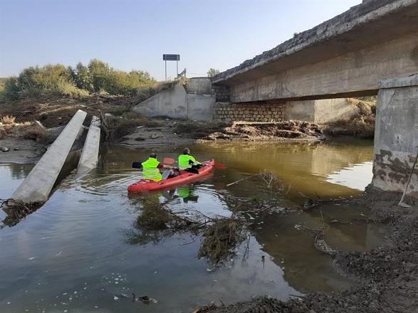 Operarios examinan los destrozos en una canoa.