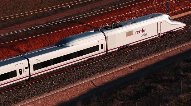 Tren AVE circulando por Granada.