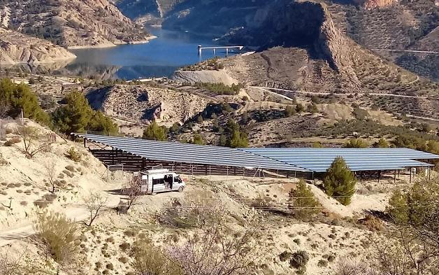 Placas solares que aportan la energía para bombear el agua.