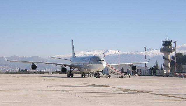 Aterrizaje de un Airbus 340 en el aeropuerto granadino.