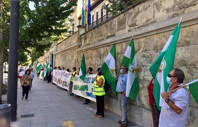 Una de las concentraciones de los regantes frente a la sede de la Junta en Granada.