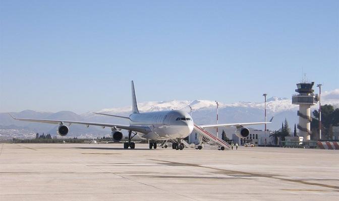 Un Airbus 340 en las pistas del aeropuerto granadino.