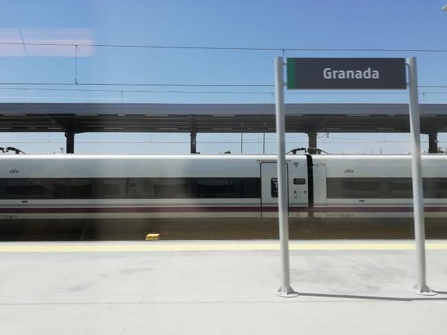 Tren AVE a su llegada a Granada.