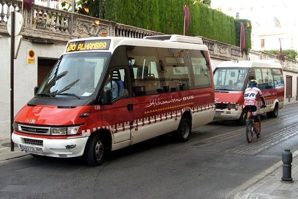Un vehículo de Alhambra Bus.