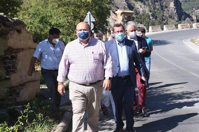 El alcalde de Güéjar Sierra con el presidente de la Diputación, en la visita de Entrena al municipio.