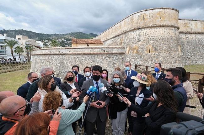 Juan Marín atiende a los periodistas en La Herradura.
