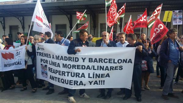 Concentración sindical a principios de mayo frente a la estación de tren.