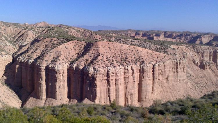 Formaciones montañosas singulares en el Desierto de los Coloraos de Gorafe.