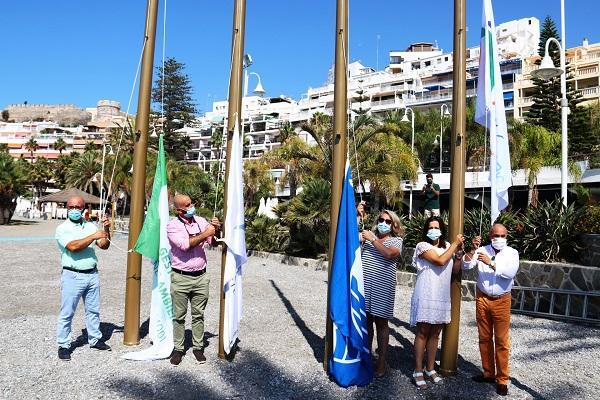 Izado de las banderas en la Playa de Puerta del Mar.