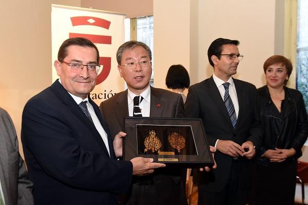 El presidente de la Diputación con el representante de Daejeon.