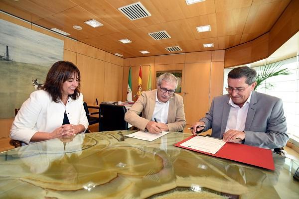 Entrena y Marcha firman el convenio en presencia de De la Rosa.