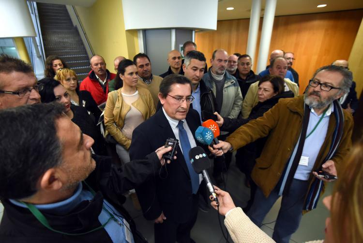Entrena, junto a Arenas, atiende a los medios tras la reunión con los representantes municipales.